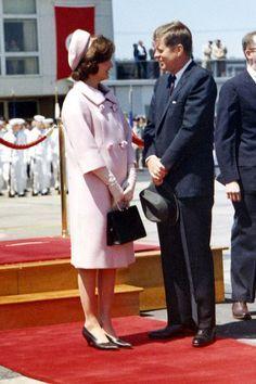 John F and Jackie Kennedy John Kennedy, Jackie Kennedy Style, Les Kennedy, Jacqueline Kennedy Onassis, Caroline Kennedy, Familia Kennedy, Jaqueline Kennedy, Jfk Jr, John Fitzgerald