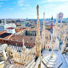 A vista ao pé da Duomo de Milão já encanta pela majestade da Catedral. Mas você já viu o quão bela é a Milão vista de cima? Vá até o topo da Duomo e deixe as estátuas te guiarem nas paisagens lindas que cercam a cidade! #milano #piacereitalia #duomomilano #terrazzo #italia  O endereço do blog está na Bio. Confiram lá!