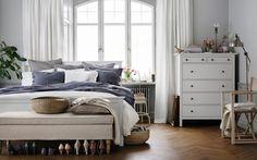 Ett sovrum i ljusa och mjuka färger.