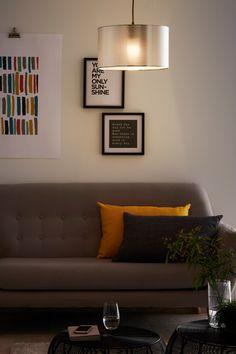 #castorama #inspiration #decoration #ideedeco #tendancedeco #coussins #jaune #tableau #suspension #GoodHome Couch, Decoration, Inspiration, Furniture, Home Decor, Cushions, Yellow, Board, Home Decoration