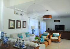 O salão principal foi dividido em três ambientes bem integrados: a sala de estar, a sala de TV e a sala de jantar.