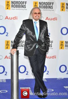 Barry Gibb receives 28-07-2013 the Sony Mobile Lifetime Achievement Award at this year's O2 Silver Clef Awards.
