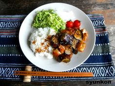 【簡単!!カフェごはん】なすと鶏肉のピリ辛炒めプレート|レシピブログ
