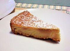 """""""Torta alle mele"""". La tipica torta di cui ognuno possiede almeno una ricetta e che vi salva quando avete un'irrefrenabile voglia di dolce!"""