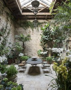 Interior garden - Indoor courtyard Are we jealous or what 👀 London designer Rose Uniacke transformed this indoor gallery at her home into a dreamy… – Interior garden