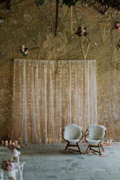 Mariage en Gironde, cérémonie laique dans un lieu atypique esprit industriel, mélange de couleurs pastels et de doré, himmélis fleuris. Décoré par Happiness Factory