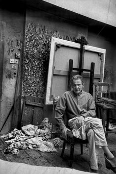 Lucian Freud in his studio in London, in Photo by Henri Cartier Bresson. Henri Cartier Bresson, Lucian Freud, Candid Photography, Street Photography, Artistic Photography, Artist Art, Artist At Work, Famous Artists, Great Artists