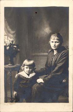 Photo carte femme assise avec enfant dentelle frange fleurs vers 1910
