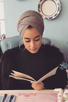 Pleated Chiffon Kerchief - Pleated Chiffon Kerchief – myslady Source by quajababehh - Hijab Turban Style, Mode Turban, Turban Outfit, Hair Wrap Scarf, Hair Scarf Styles, Turban Tutorial, Head Turban, African Head Wraps, Kerchief