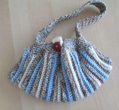 Deze clutch-handtas is gemaakt van dikke gemêleerde wol in de kleuren bruin, blauw en wit en heeft een opvallend streeppatroon. Hij sluit met een knoop.