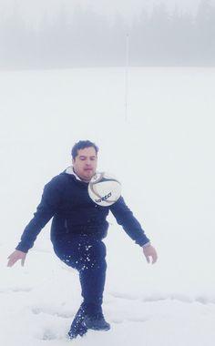 X somos chavos jugando futbol en la nieve