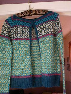 Wiolakofta pattern by Kristin Wiola Ødegård Fair Isle Knitting Patterns, Fair Isle Pattern, Knitting Designs, Norwegian Knitting, Ravelry, Cardigan Pattern, Fashion Sewing, Pulls, Lana