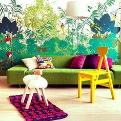 As almofadas decorativas podem ficar muito bem em um futon, banquinho, pufe e até mesmo no chão, dando charme a uma mesa de canto ou lareira. Vai da sua criatividade. Porém, atenção: a combinação de cores, bem como a quantidade de peças que estarão juntinhas também influenciam em toda a harmonização e o bom senso PRECISA reinar sempre.