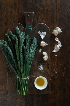 Wonderful still life photography with kale and garlic | Cavolo Nero