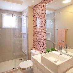 Inspiração de banheiro para apês pequenos. A combinação do branco com rosa deixou o ambiente mais ...