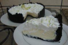 A Torta Negra de Limão é uma mistura de biscoito tipo Negresco com uma mousse de limão muito leve e saborosa. Inove e apresente essa receita aos seus convi