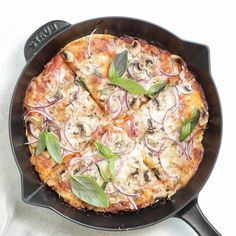 Cast Iron is an easy way to make homemade pizza with crispy golden edges and delicious chewy dough - made with an oven-safe skillet in just 30 minutes Cast Iron Pizza Recipe, Cast Iron Skillet Pizza, Pizza Recipe Video, Cast Iron Recipes, Cast Iron Cooking, Deep Dish Pizza Recipe, Vegetarian Recipes, Cooking Recipes, Cast Iron Skillet Recipes Vegetarian