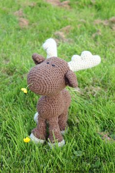 Crochet moose snacking on buttercups (pattern is available on ravelry for $7 - link given in the blog)
