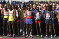 Em memória às vítimas do atentado da Maratona de Boston, atletas respeitam 30 segundos de silêncio na largada da Maratona de Londres, neste domingo - http://revistaepoca.globo.com//Sociedade/fotos/2013/04/fotos-do-dia-21-de-abril-de-2013.html (Foto: Sang Tan/AP)