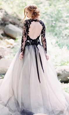 Striking wedding dress idea; photo: Luna de Mare Photography