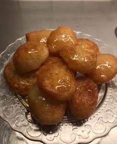 Λουκουμάδες με μέλι υπέροχοι !!!!! ~ ΜΑΓΕΙΡΙΚΗ ΚΑΙ ΣΥΝΤΑΓΕΣ 2 Sweets Cake, Dessert Recipes, Desserts, Greek Recipes, Pretzel Bites, Sausage, Bread, Cooking, Food