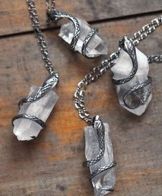 Serpent and clear magic crystal necklaces that draws in ambient magic to… #bisuteria #bisuterias #bisuteriafina #guatemala Bisuteria Fina Få mere information på vores websted https://storelatina.com/chile/bijuterias
