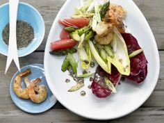 Edle Kombination: Garnelen treffen auf feinen Spargel. Chicorée-Garnelen-Salat - mit Spargel, Grapefruits und Mohn-Vinaigrette - smarter - Kalorien: 507 Kcal - Zeit: 45 Min. | eatsmarter.de