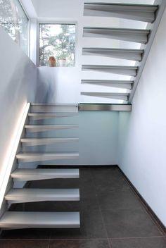 Découvrez cet escalier au design précurseur digne des plus beaux pavillons de la planète. Vous avez peu de place pour installer votre escalier ? Pas de problème, Divinox s'adapte à tout type de projet ! Retour aux escaliers Spécificités techniques : Escalier 2 quart tournant, marche aluminium et éclairage LED Staircase Outdoor, Loft Staircase, Floating Staircase, Staircase Design, Loft Conversion Stairs, Escalier Design, Wrought Iron Stairs, Steel Stairs, Concrete Stairs