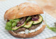 hamburger met gegrilde groten, yoghurtsaus & frisse salade