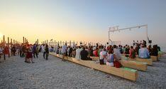 DEMANIO MARITTIMO KM278 - Il progetto trasforma lo spazio della spiaggia usando la materia stessa del luogo...