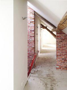 Uitvoering Van boerderij naar woonhuis en B&B #verbouwing #renovatie #woonboerderij #bed #breakfast #weert #keentersteeg  #landelijk #balken #hout #beton #vloer #licht #open #vide #metselwerk #monument #ontwerp #architectuur #herbestemming #woonkamer #woonkeuken #de #nieuwe #context #dnc #maastricht #interieurarchitect #interieur #architect #Joey #Rademakers #Roel #Slabbers