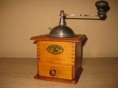 Antique Coffee Grinder, Coffee Grinders, Vintage Coffee, Antiques, Objects, 90s Fashion, Kaffee, Round Round, Antiquities