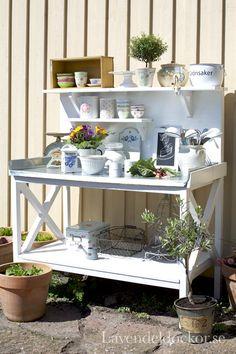Utekök eller planteringsbord i din trädgård fylld med våra produkter.