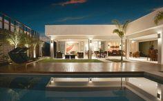 O deck de madeira aumenta o aconchego da área externa e a beleza da piscina.