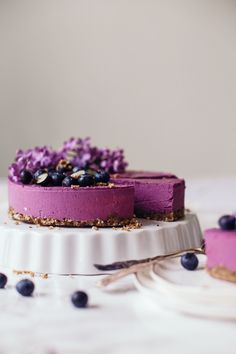 This lovely Raw Blueberry Cheesecake with wild blueberries and lemon is really fresh and very berrylicious. It's a great dessert for any occasion! Raw Cheesecake, Blueberry Cheesecake, Cheesecake Recipes, Desserts Crus, Raw Desserts, Vegan Blueberry, Blueberry Cake, Raw Cake, Vegan Cake