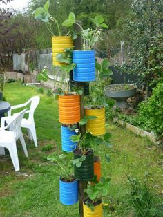 needs to be somewhere cool for colorado Strawberry tree. needs to be somewher Tire Garden, Bottle Garden, Garden Planters, Garden Bed, Diy Garden Projects, Garden Crafts, Diy Garden Decor, Strawberry Garden, Strawberry Tree