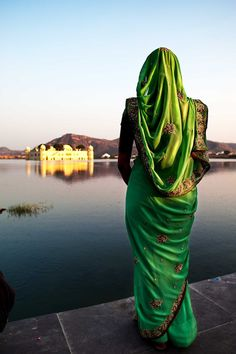 Rajasthan - A Indian woman looking at Jal Mahal castle, jaipur. We Are The World, People Around The World, Foto Picture, Mother India, Indian Colours, Amazing India, Kairo, India Culture, India And Pakistan
