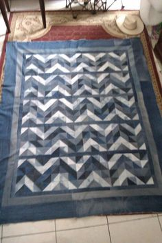 over the chevron, but diggin' on the denim. Rag Quilt, Quilt Top, Quilt Blocks, Patchwork Jeans, Denim Quilts, Jean Crafts, Denim Crafts, Recycled Denim, Recycled Fabric