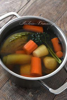 Bulion warzywny - Bulion, czyli wywar jest podstawą zup, sosów i innych dań. Bulion dobrze jest mieć przygotowany wcześniej, aby oszczędzić sobie czas...