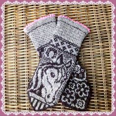 Ravelry: Irma horse mittens pattern by JennyPenny Knitted Mittens Pattern, Knitted Gloves, Knitting Socks, Hand Knitting, Knitting Charts, Knitting Patterns, Knit Or Crochet, Crochet Hats, Mittens