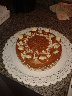 Vainilla cake, filled with dulce de leche and pieces of white chocolate. On top there's dulce de leche and chunks of white chocolate (and little pieces too).