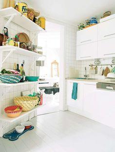 vitt kök med öppna hyllor