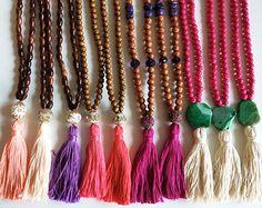 * Seleccione el estilo de su preferencia * Medida: 24 pulgadas de largo -Hecho a mano con el amor en los Estados UNIDOS. Estos collares disponen de cuentas de madera y ágata -Manejo de tiempo de 2 a 5 días hábiles Envío de la Florida Sígueme en INSTAGRAM @dibadani.store ** Debido a la naturaleza de las piedras utilizadas, colores, tamaños y formas del colgante variará, agregando a la belleza general especial de cada pieza. ---------------------------------------- REEMBOLSOS y cambios...