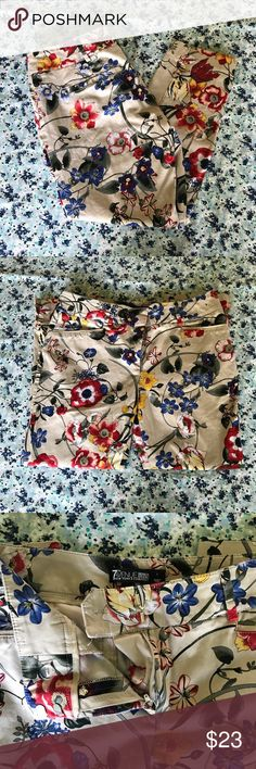 💎Host Pick💎 New York & Co. Floral Dress Pants Functional front pockets.  Brand:7th Avenue New York & Co. Color / Pattern:Tan Floral Pattern Size:4 Condition:Only worn once. No flaws. Waist:31 in. Rise:9 in. Inseam:22 1/2 in. Hem:13 in.   NO TRADES. All reasonable offers are considered. New York & Company Pants Trousers