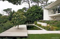 Fin terrassering och trädeck med damm.