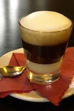 Przepyszna kawa po kanaryjsku - Café leche y leche Eat Me Drink Me, Food And Drink, Coffee And Cigarettes, Yummy Treats, Pudding, Tea, Breakfast, Tableware, Sweet