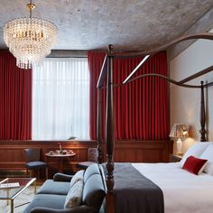 Found in the bedrooms at Soho House Chicago and inspired by turn of the century design, Lexington is our largest and most glamorous light. A tiered waterfall chandelier