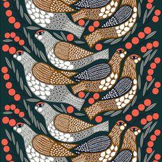 Marimekon Kiiruna-kangasta koristaa viehättävä lintukuosi, jonka Aino-Maija Metsola on sommitellut kiirunoista ja punaisina hehkuvista marjoista. Paksu kangas on valmistettu sataprosenttisesta puuvillasta, ja sen raportin pituus on 62 cm.