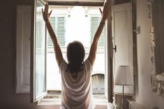Learn more about the powerful morning routine that does wonders and relieves anxiety, making you a better human and helping you live a great life. Atem Meditation, Rituals Set, Amino Acid Supplements, Wie Macht Man, Morning Habits, Morning Routines, Morning Person, Morning Girl, Morning News