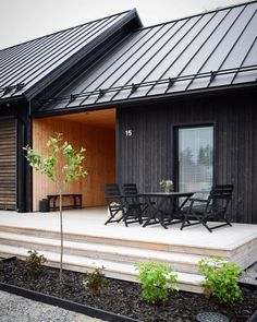 Haus bauen I who had planned a day where I would not do ANYTHING . but then I visited the flower s Modern Barn, Modern Farmhouse, Shed Homes, Black House, Home Fashion, Exterior Design, Exterior Stain, Black Exterior, Building A House